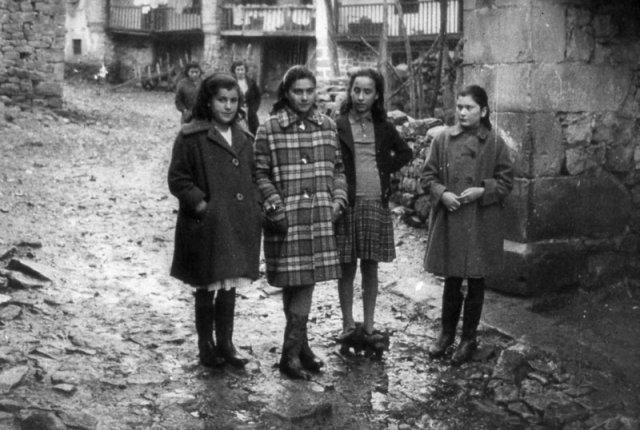 Die vier Mädchen im Dorf.