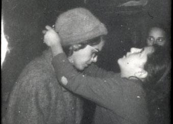 Mari Loli hängt einer Frau eine Medaille um.
