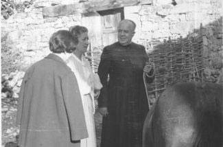 P. Valentín mit einigen Leuten aus dem Dorf.