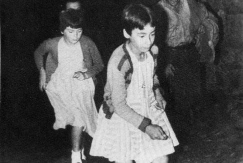 Mari Cruz und Jacinta rennen den Weg entlang.