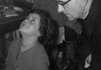 Mari Loli in Ekstase und neben einem Priester.